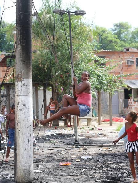 Crianças e adolescentes numa perigosa brincadeira nos fios incendiados
