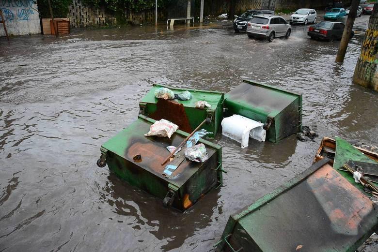 Na foto, ponto de alagamento na Rua piemonteses, no Jardim do Lago, em São Paulo (SP), nas proximidades do acesso à Raposo Tavares