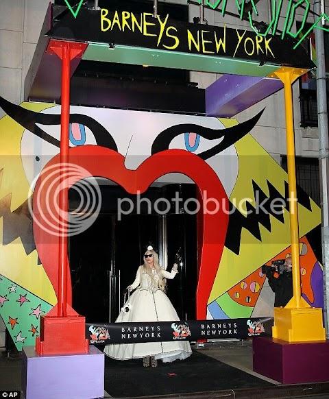 lady gaga apre il suo negozio natalizio, le foto