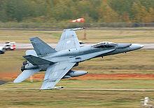Sebuah pesawat pejuang berlepas dari landasan