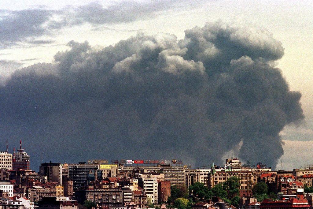 Когато НАТО удря химическия завод в Панчево край Белград, отровен облак от изпуснати химикали захлупва сръбската столица. Снимка: Российская газета