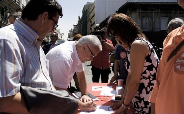 Cayo Lara estampa su firma para pedir la dimisión de Rajoy junto a José Luis Centella.- JAIRO VARGAS