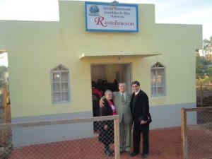 Pr. Humberto com os missionários Jorge e Terezinha Souza em frente ao novo templo de 25 de Mayo