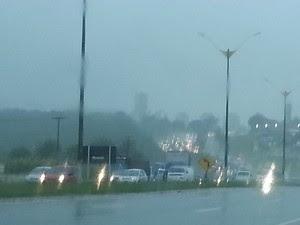 Chuvas deixaram trânsito lento em Natal  (Foto: Jorge Talmon/G1)