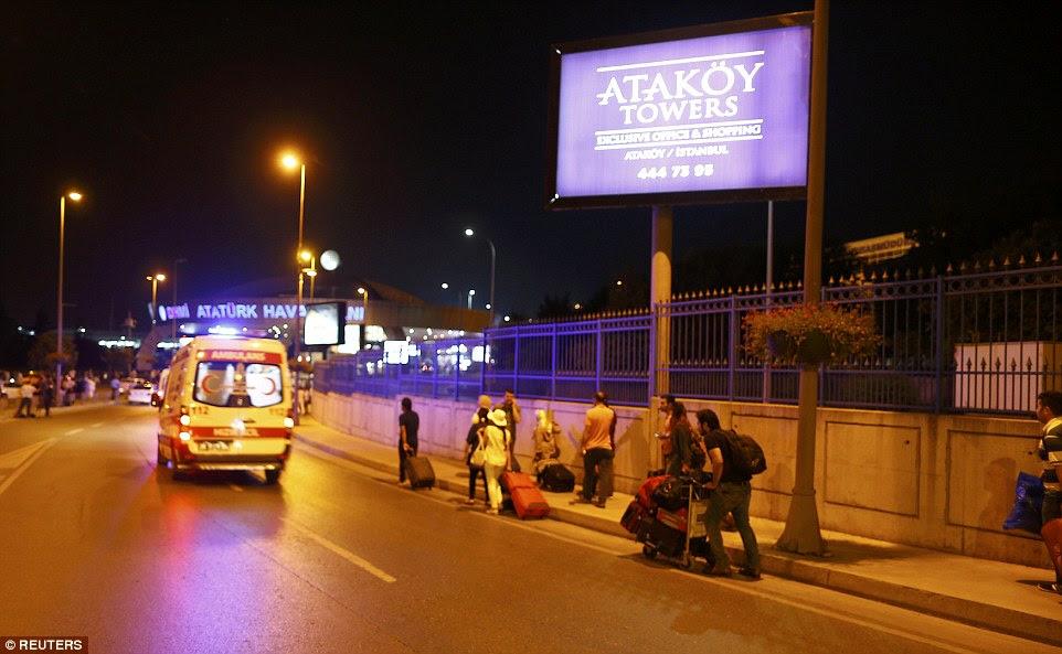 Os veraneantes arrastar suas malas fora do aeroporto, como todos os voos foram cancelados eo terminal foi evacuado após o ataque