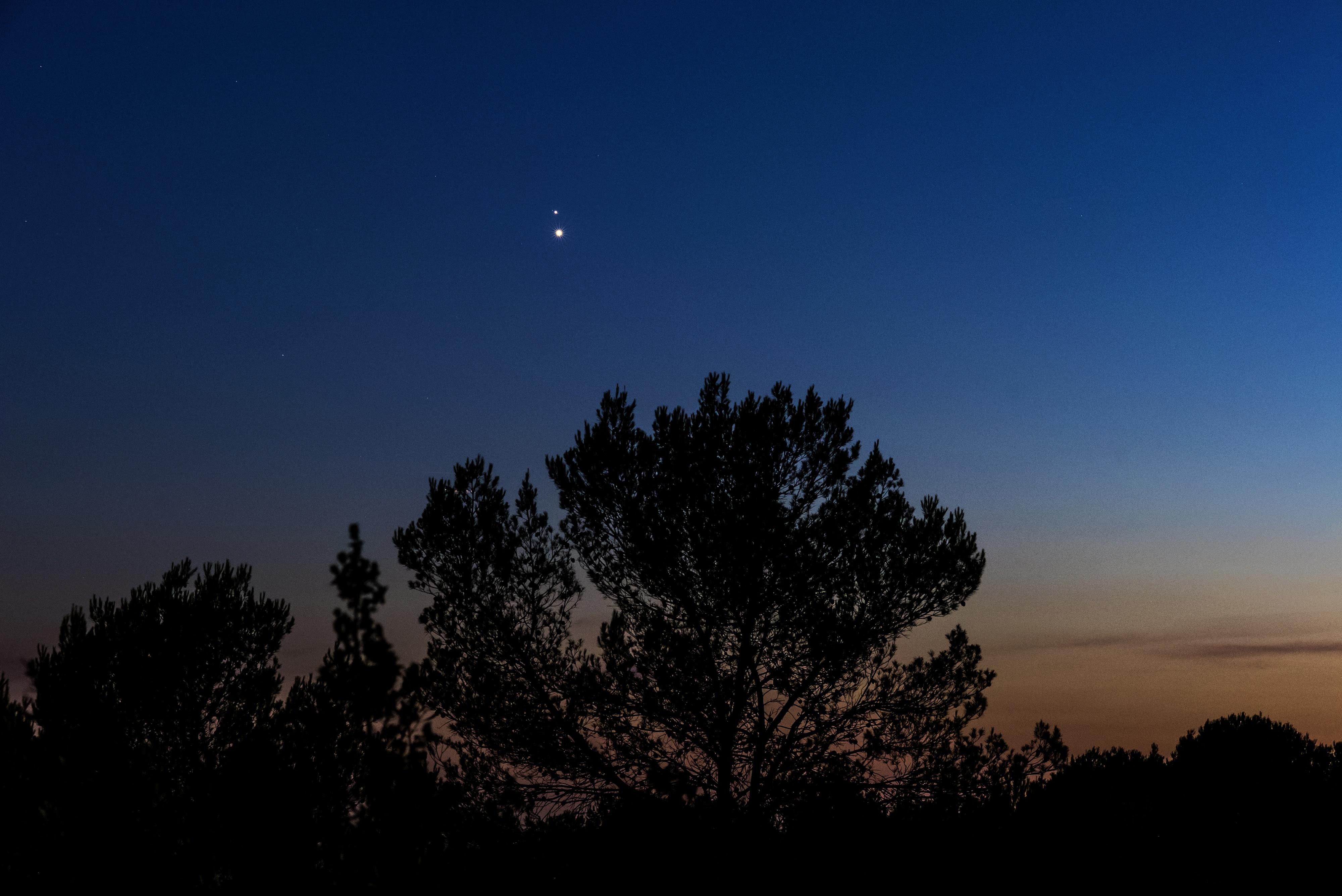 Vénus Et Jupiter Forment Une éclatante Planète Double à L