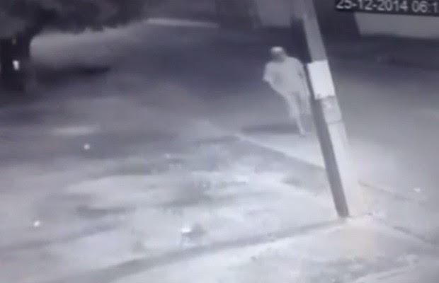 Homem é filmado ao deixar corpo de mulher dentro de saco em rua em Goiânia, Goiás (Foto: Reprodução/TV Anhanguera)