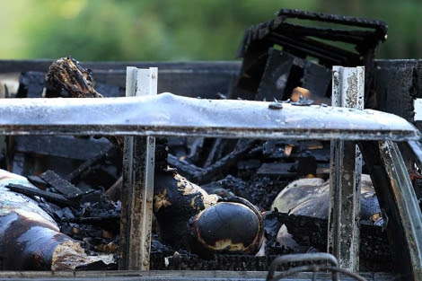 Uno de los dos vehículos hallados con varios cuerpos calcinados en su interior. | Efe