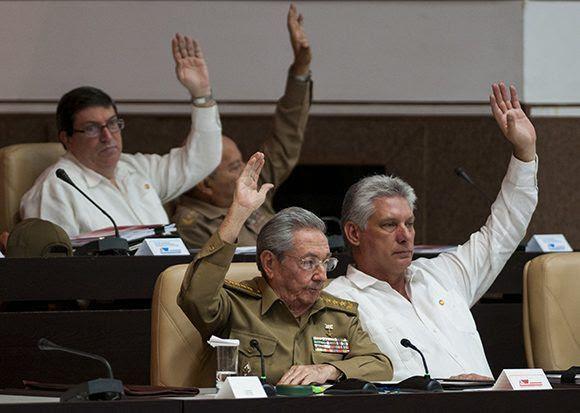 Raúl Castro y Miguel Díaz-Canel votan en el plenario de la ANPP. Foto: Irene Pérez/ Cubadebate
