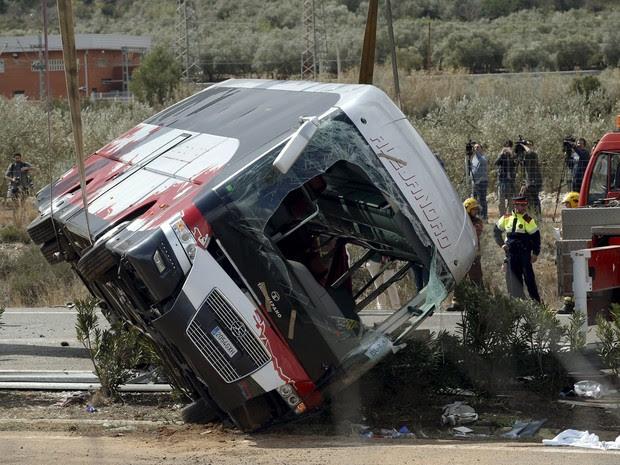 Os destroços de um ônibus são içados por um guindaste após acidente na Espanha (Foto: Albert Gea/Reuters)
