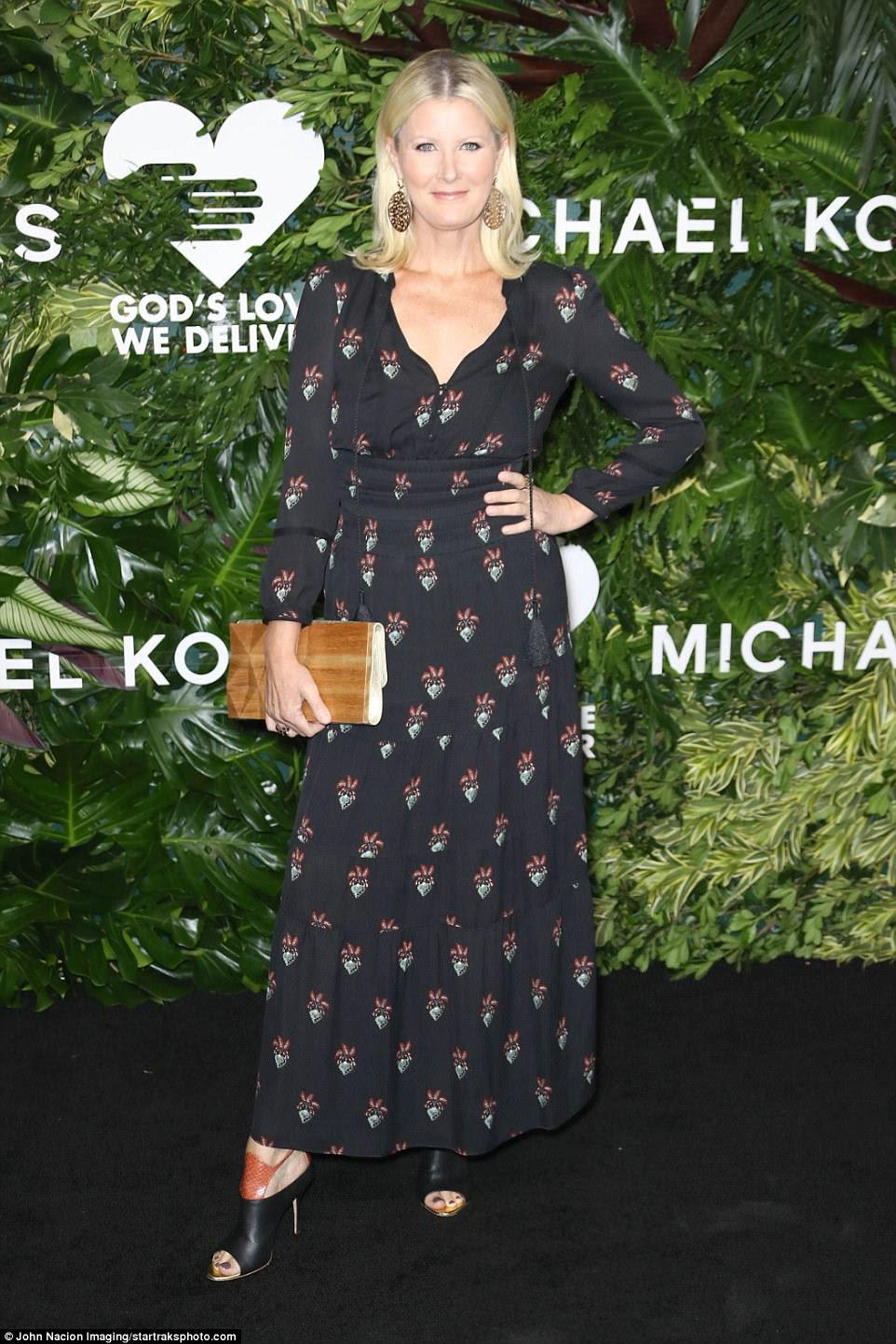 Gostoso!  A estrela da Food Network, Sandra Lee, era adorável em um vestido de manga comprida com saia longa e cintura do império que ela polida com mulas de calcanhar