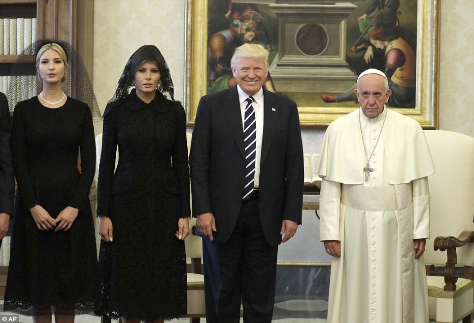 Melania e Ivanka guardaram com tradição e usaram véus para encontrar o Papa.  O véu, ou mantilha, é tradicionalmente usado pelas mulheres como um sinal de respeito ao encontrar o Papa