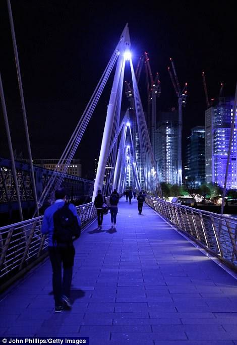 El Golden Jubilee Bridge sobre el río Támesis también se ha iluminado en azul para la ocasión