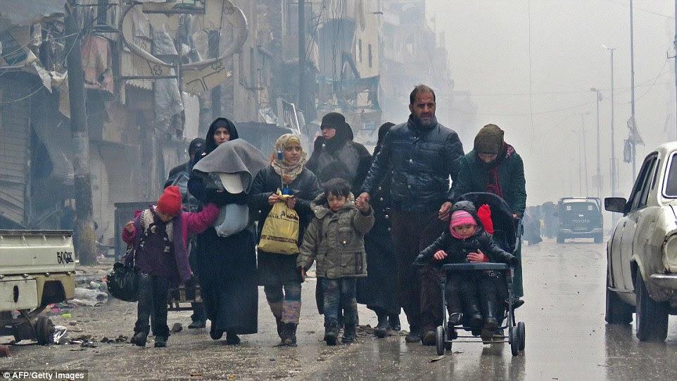 Um funcionário da oposição disse que havia 800 pessoas doentes e feridos que necessitam de evacuação médica imediata de Aleppo oriental