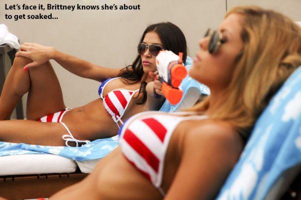 Brittney Palmer e Arianny Celeste fizeram um ensaio sensual em homenagem ao 4 de Julho, data da independência dos Estados Unidos