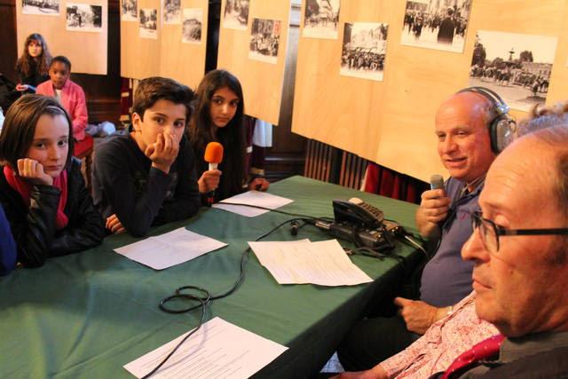 Tour à tour, les enfants se sont succédés au micro de Thème Radio afin d'interroger les membres de l'Atec (Académie troyenne d'études cartophiles) sur la guerre 14-18 à Troyes.