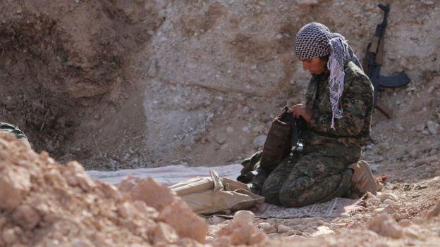 Guerrilheiro curdo em trincheira na Síria