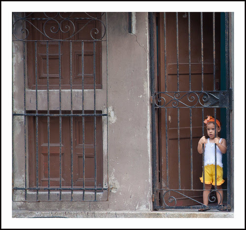 havanna- meisje achter hek by hans van egdom
