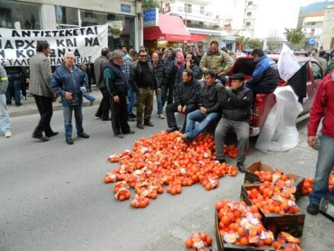 Οι αγρότες πέταξαν πορτοκάλια έξω από το κτίριο της Περιφέρειας στην Τρίπολη - ΒΙΝΤΕΟ