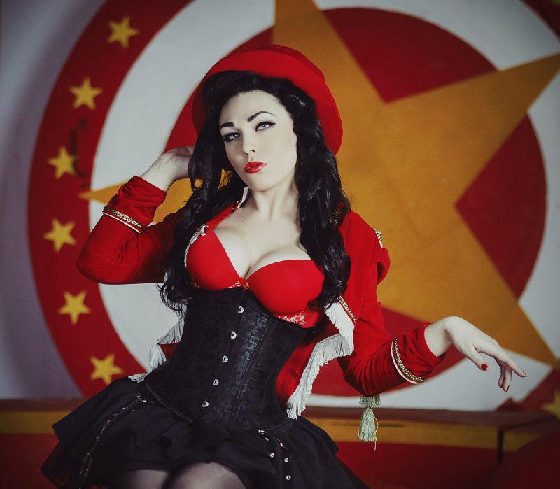 Необычная девушка с необычным увлечением резьбапокости, резьбапочерепам, военнаяреконструкция