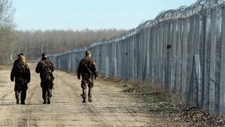 Soldats hongaresos patrullant prop de la ciutat de Mórahalom, al costat de la tanca de la frontera amb Sèrbia (Reuters)