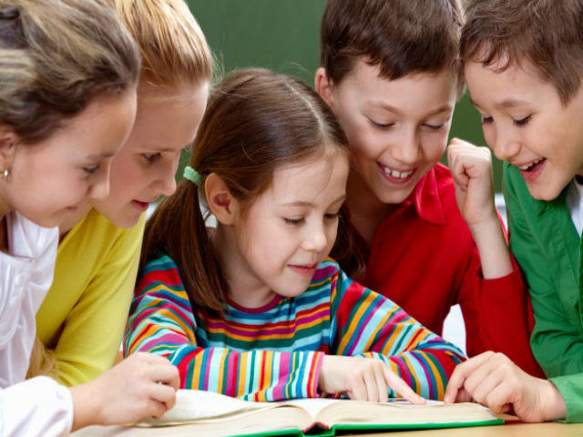 criancas-lendo-um-livro