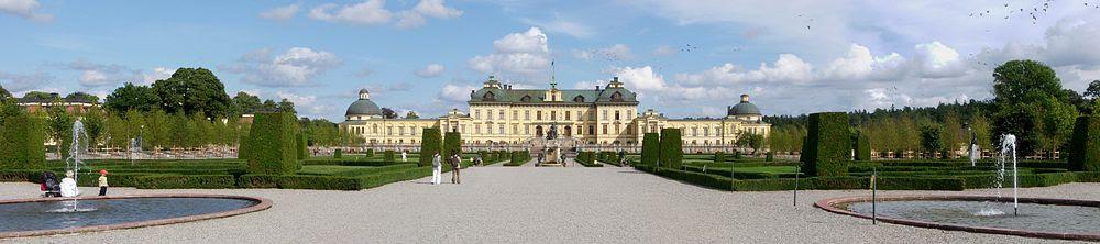 Drottningholms slott, fasad mot väster med barockträdgården och Vattenparterren, augusti 2011.