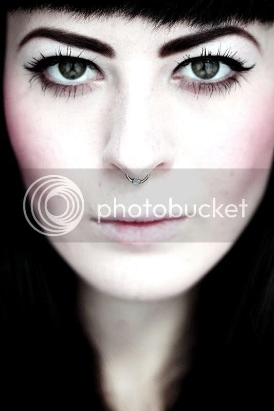 portrait piercing septum grüne augen eyeliner lippen gesicht lidstrich