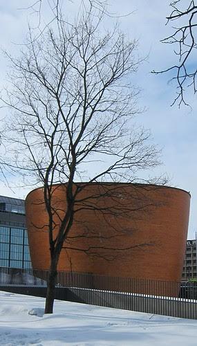 Erikoinen rakennus by Anna Amnell