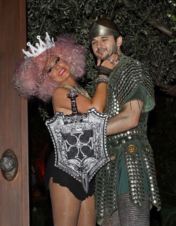 Christina Aguilera e seu namorado Matthew Rutler, na festa de Halloween  em sua casa (Foto: PacificCoastNews/Honopix )