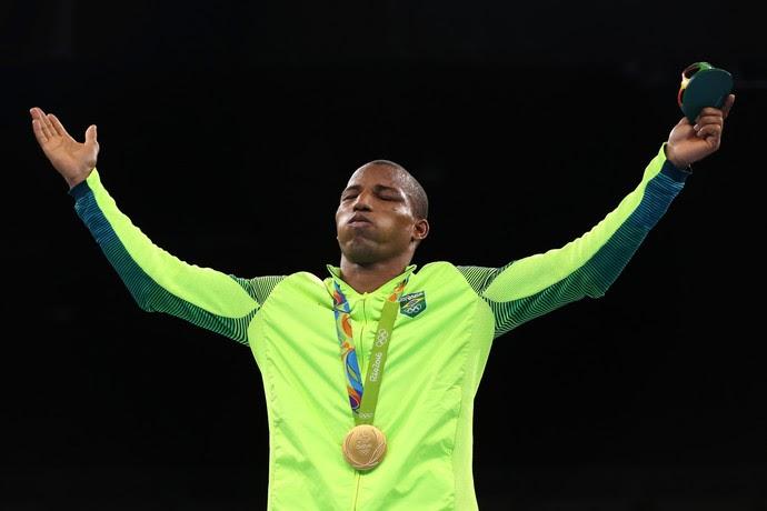 Robson Conceição fecha os olhos para celebrar o ouro inédito para o Brasil (Foto: Getty Images)