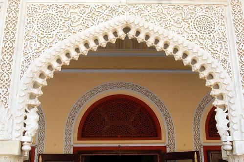 Die Ausschnitte von Fenstern und Gängen sind reich mit geometrischen Mustern dekoriert.