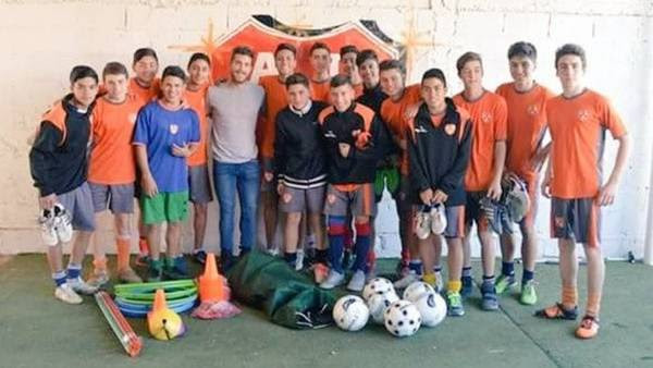 Adrián Arregui, un grupo de jugadores de inferiores de Berazategui y las donaciones. Los pibes tuvieron una linda charla con el futbolista. (Foto: Facebook Berazategui)