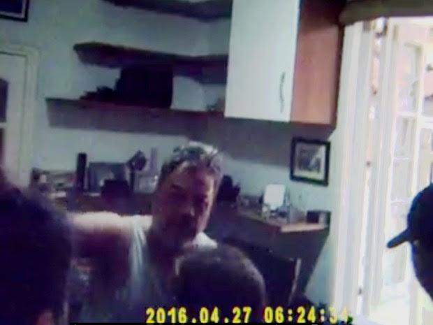 Advogado foi preso em casa, suspeito de pedofilia, durante ação policial na manhã desta quarta-feira (27) no Rio (Foto: Reprodução/TV Globo)