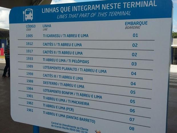 Placa e orientadores auxiliam os passageiros a encontrarem as novas linhas (Foto: Danielle Fonseca/TV Globo)