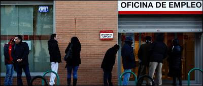 Cola de parados ante una oficina de empleo en Madrid.