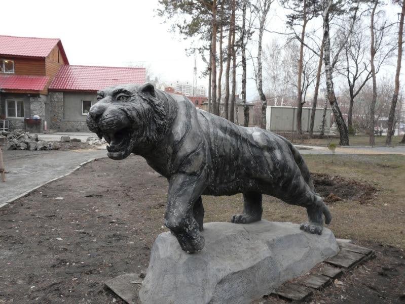 Тигр возле скульптуры Змея Горыныча и Кощея Бессмертного. Фото