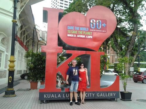 Пред градската галерия на Площада на Независимостта