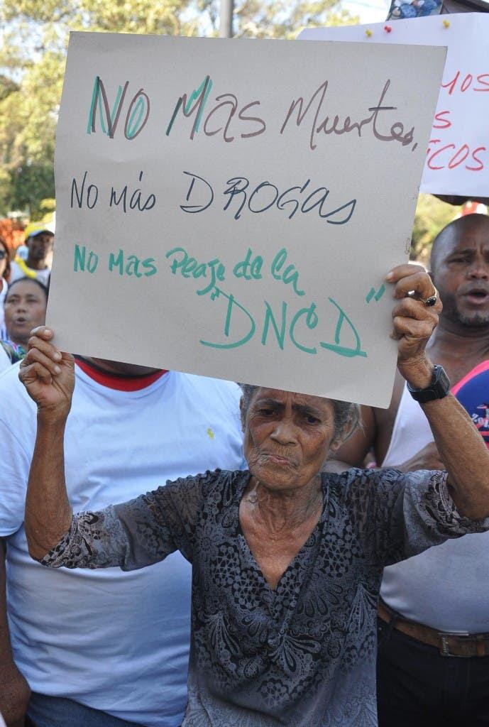 La Vega – El Padre Rogelio y los moradores del Sector Maria Auxiliadora de esta Ciudad realizaron una marcha en demanda de que no se instale una planta de GLP en el sector y que las autoridades tengan manos dura con el narcotráfico.      HOY/Nelson García.