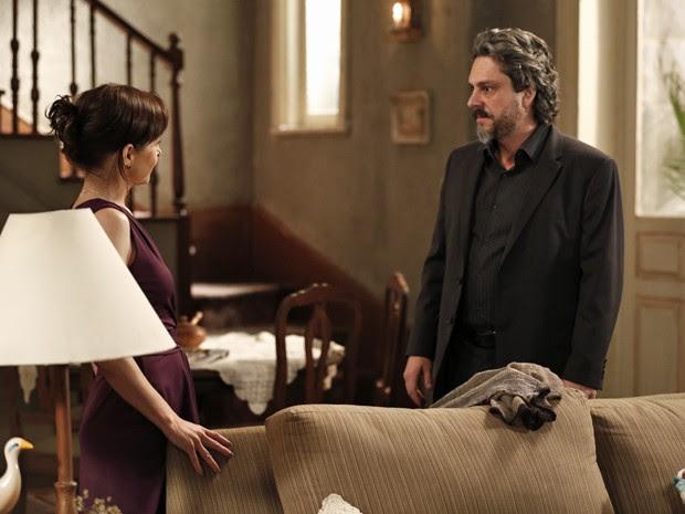 Comendador chega de surpresa na casa de Cora (Foto: Inácio Moraes/ Gshow)