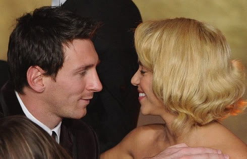 Lionel Messi kissing Shakira