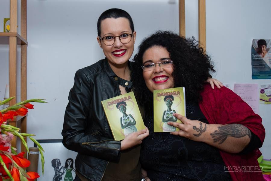 Jarid Arraes ao lado da ilustradora do seu livro, Aline Valek