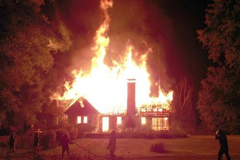 Incendio en el que fallecieron Werner Luchsinger y su            mujer Vivianne. | Afp