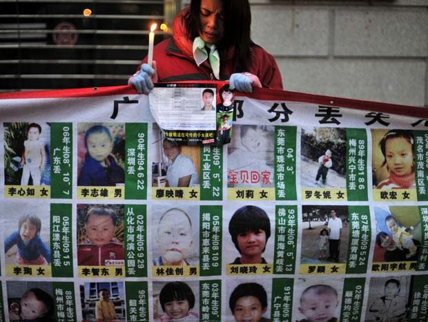 Mulher faz vigília durante campanha pelas crianças desaparecidas, em Hubei, em foto de 24 de janeiro de 2010 (Foto: AP)