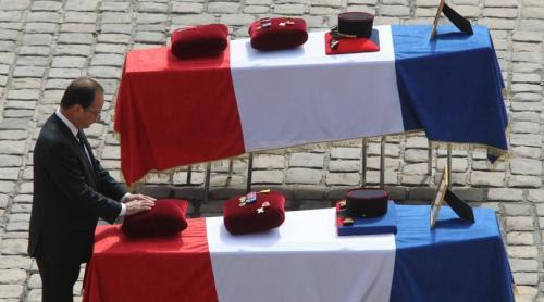 François Hollande, président et chef des armées: l'hommage aux soldats morts en Afghanistan.