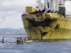 Voluntários ajudam na busca por desaparecidos próximo ao cargueiro (Foto: Bullit Marquez/AP)