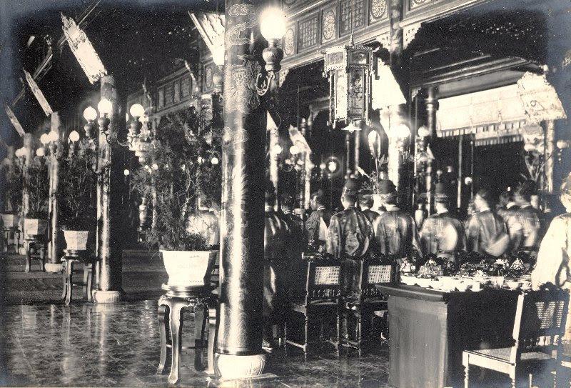 http://nguyentl.free.fr/autrefois/quarantenaire-kd/diner_donne_aux_mandarins_Palais_CanChanh.jpg