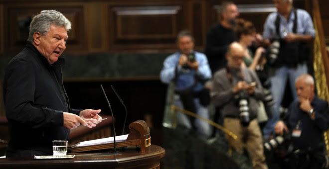 El diputado de Nueva Canarias Pedro Quevedo, durante su intervención en el debate de las enmiendas a la totalidad de los presupuestos de 2017. EFE/Sergio Barrenechea