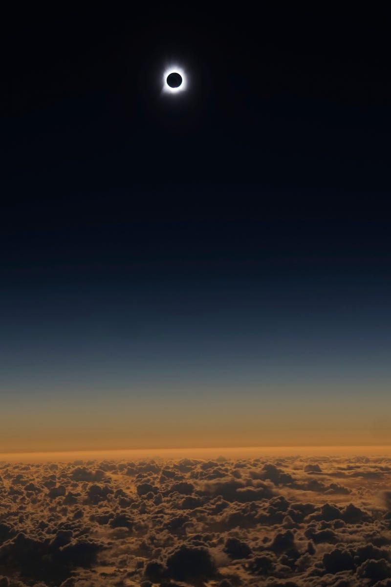 Con esta euforia se vive un eclipse en un avión lleno de astrónomos