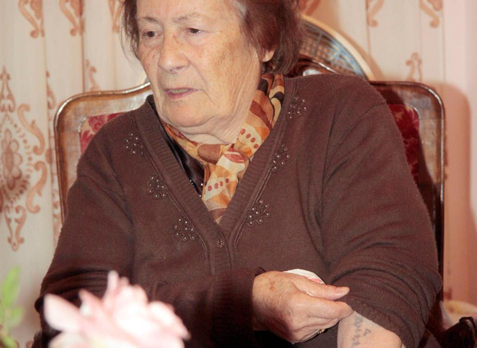 Τον ανεξίτηλο αριθμό από το Αουσβιτς δείχνει η Εσθήρ Κοέν.